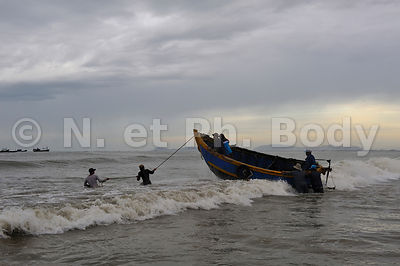 VIETNAM, PLAGE DE LONG HAI, PECHEURS//Vietnam, Long Hai, fishing boats