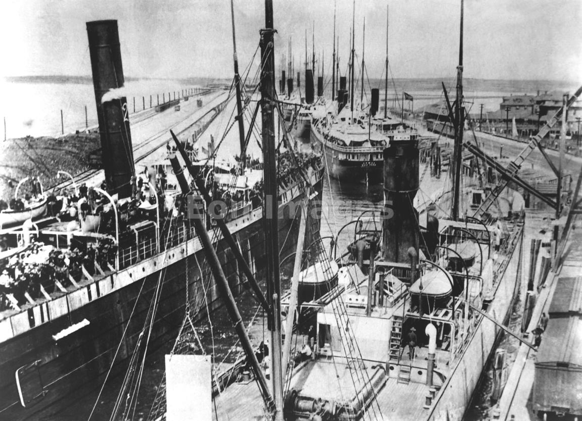 Transport ships move into Tampa Bay during Spanish-American War