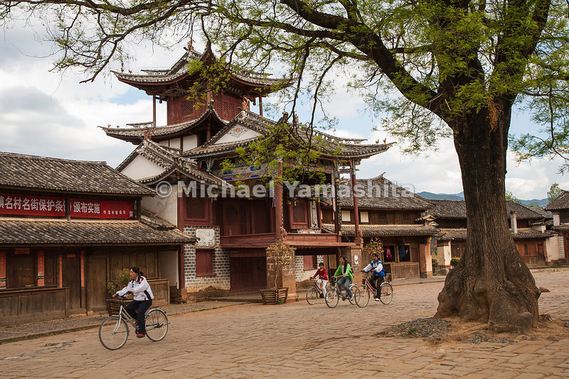 The Bai town of Shaxi in Yunnan Province is one of the most intact caravan towns on the Chamagudao, where a former tea administration building and many tea shops can be found.