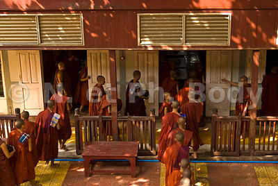 QUETE DES MOINE, MANDALAY, MYANMAR//BURMA, MANDALAY, MONK COLLECTION