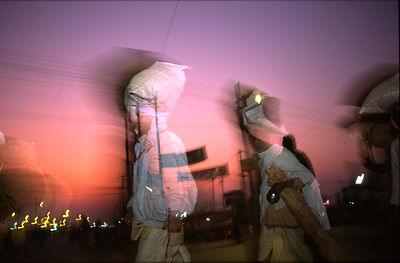 India - Allahbad - Pilgrims arriving with their belongings on their head at the Kumbh camp. Ardh Kumbh Mela 1995, Allahbad, India