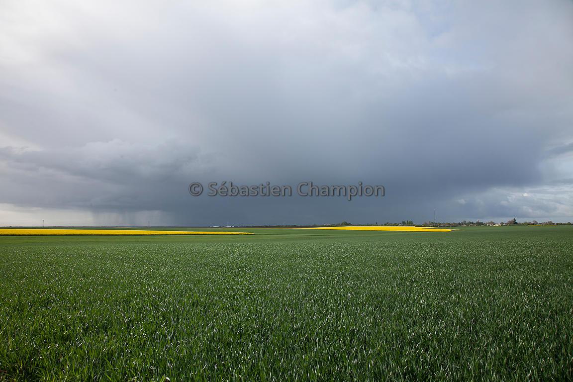 Photographie orage sur un paysage de plaine et de cultures for Materiel et paysage