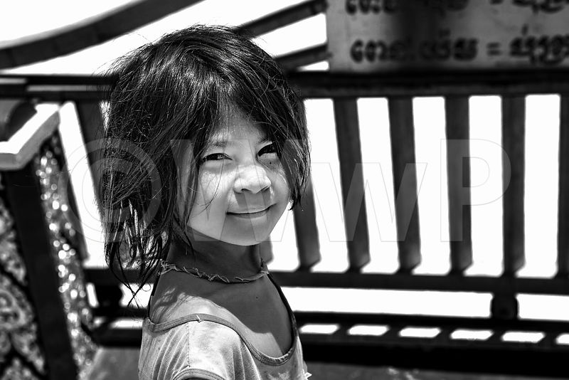 WW_P6569-Cambodia-floating-village-Kampong-Khleang-little-girl
