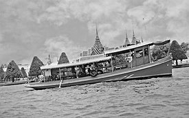 61_Massage_Bangkok_river_Tour_pretty_day_B_W