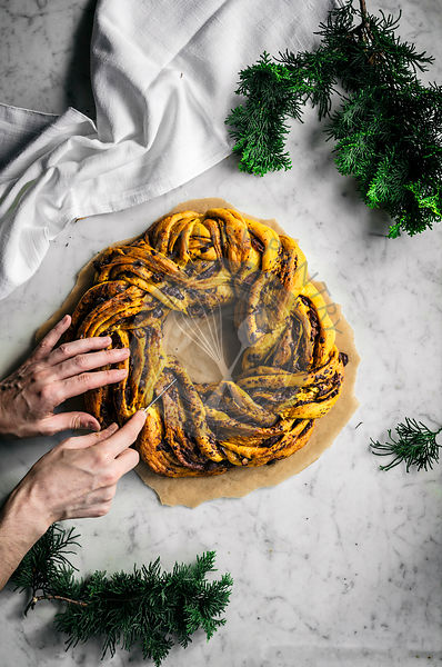 Saffron wreath bread with chocolate and dates