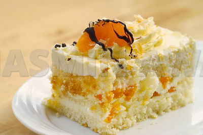 Light spongy cake with Mandarin and cream.