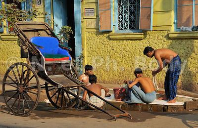 INDE, KOLKATA,CALCUTTA, SCENE DE RUE//INDIA, KOLKATA, CALCUTTA, PUBLIC TAP, WASHING MEN