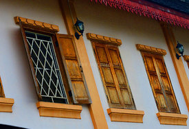 Windows_in_oil_Luang_Prabang