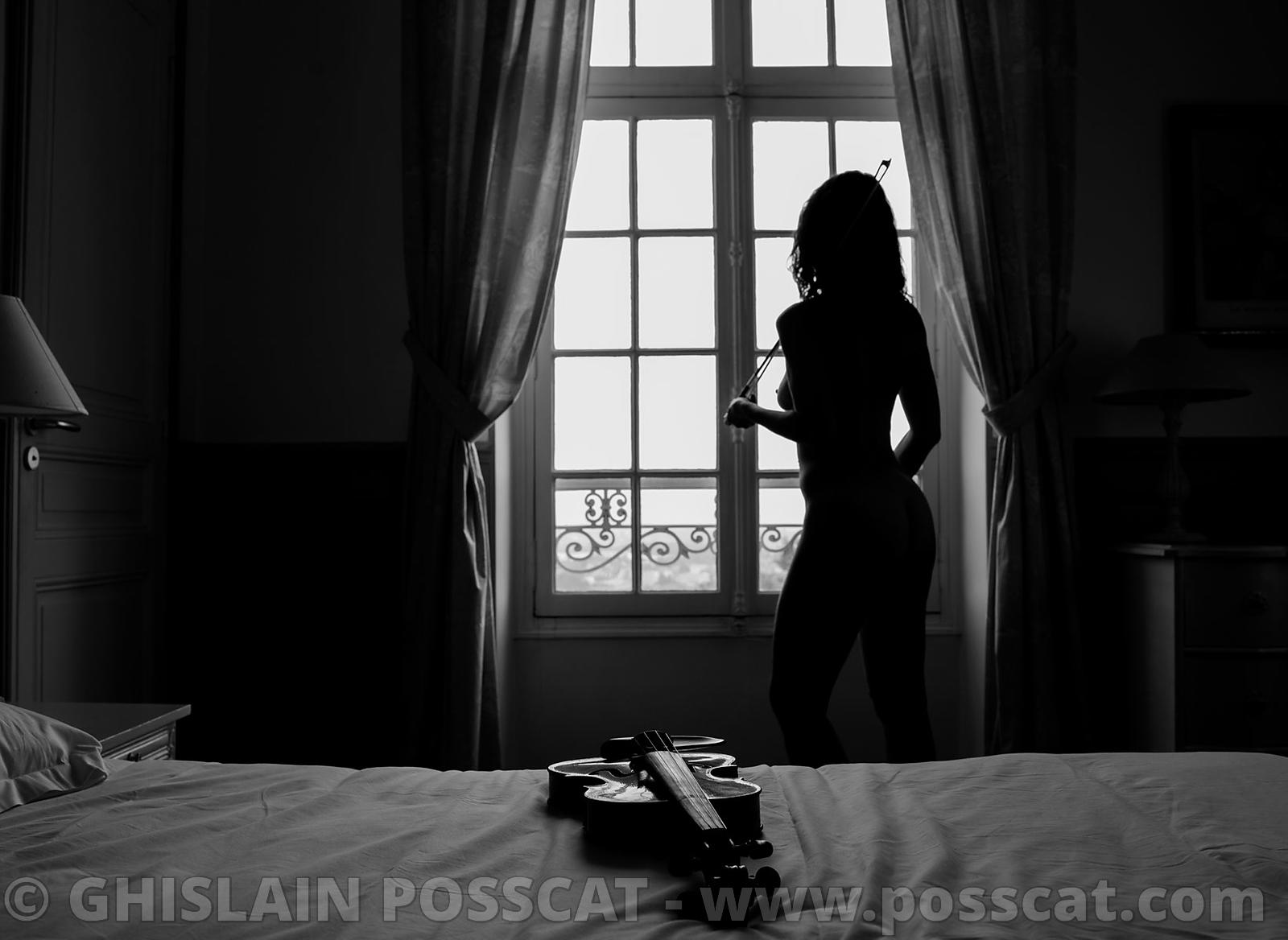 Glamour naked woman violon black and white