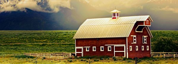 Red_barn_Wallowas_golden_glow