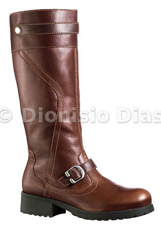 Women's leather boot with buckle