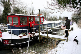 A couple bring home shopping in the snow to their home on the Grand Canal, Hazelhatch, Celbridge, Co. Kildare,.06.01.10.Pic. Maura Hickey/086 8541130..