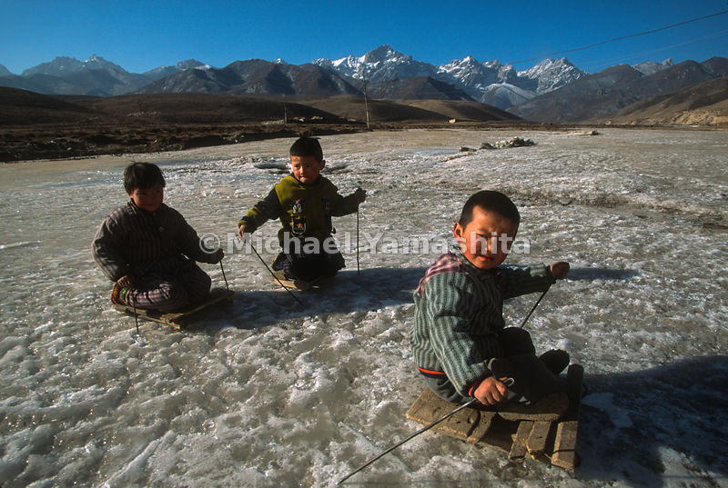 Kids playing on homade sleds.Wushaoling, China