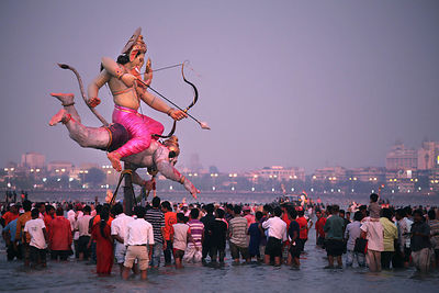 Mumbai, Chowpatty Beach: Immersion of the statues