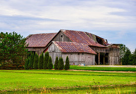 Falling_down_barn_in_Ohio