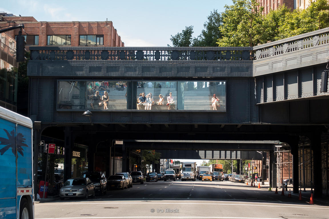 A street scene at The Highline on a sunny day in Manhattan.