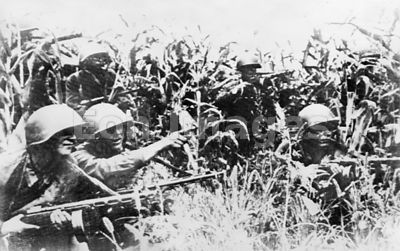 Russian troops near Stalingrad await German forces