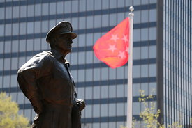 macarthur_statue_close_up_red_flag_flying
