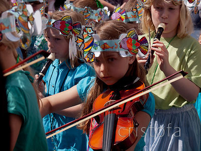 a schoolgirl plays the violin in the Golowan Mazey Day parade