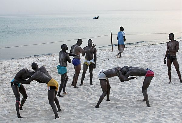 On the beaches of Dakar, fans find themselves daily to fight and train.