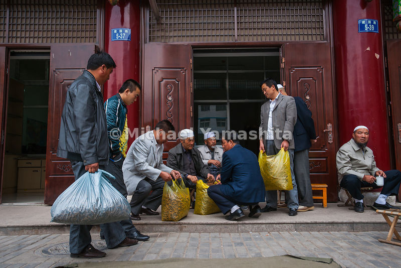 "Carrying virtual fortunes in plastic bags, these traders angle for he best prices for their yartsa gombu from uighur dealers. The mushrooms will sell for $10-$50 per ""worm."""