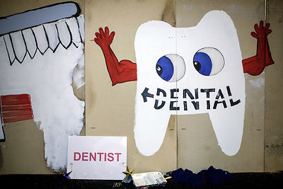 Sign-pointing-to-dental-healthcare-crisis-christmas-Copyright-Rob-Johns-BJ-25.12.05-066