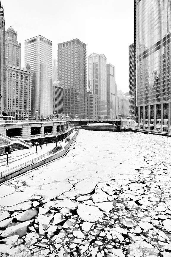 FROZEN ICY CHICAGO RIVER WINTER DAY HEAVY SNOWFALL CHICAGO ILLINOIS BLACK AND WHITE
