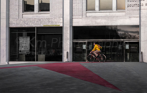 Street Photo - Le cycliste jaune