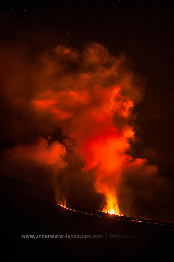 Eruption volcanique de nuit à la reunion
