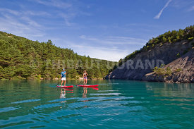 France, Hautes Alpes, Savines le Lac, Chorges, un couples navigue en paddle sur le lac de savines