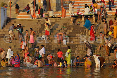 INDE, VARANASI, BENARES, BAIN DANS LE GANGE//INDIA, UTTAR PRADESH, BENARES, PEOPLE BATHING AND PRAYING IN GANGA RIVER