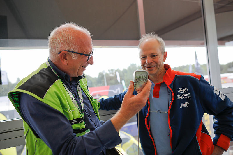 François Baudin show to Bruno Thiry the weston light meter  used in 1987 during Rally Deutschland in Bostalsee, on August 17, 2017 - Photo Bastien Baudin / AUSTRAL