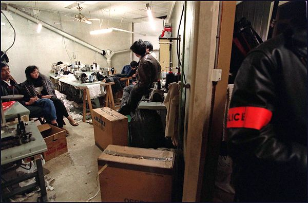 Control in a sweatshop of Chinese workers by the police of the 12th section of the intelligence services.