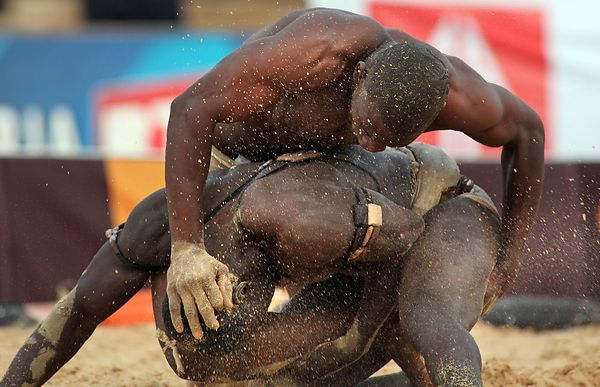 Combat between Alpha Keïté (stable Guinaw Rail) and Amul Brake (stable Lansar) at Demba Diop Stadium in Dakar.