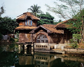 The Phra Tamnak Mekalarujee, one of buildings in Phayathai Palace, located by the pond, is a teakwood building of one and two storeys and of different form. There is a pool that connects to the pond outside. This served as King Rama VI's pool after he had his hair cut.