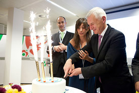 6 Nov 2012 - Brussels (Belgium) - Patrick Clerens, Secretary General of EASE, and Philip Lowe, Director-General at the DG Energy of the European Commission, cut a cake as they celebrate the first anniversary of the European Association of Energy Storage. © BERNAL REVERT