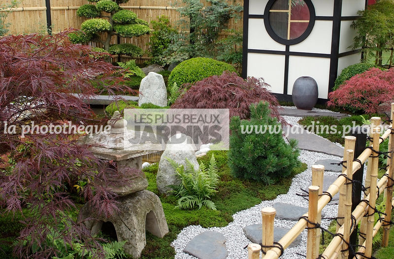 la phototh que les plus beaux jardins jardin style japonais jardin zen lanterne en pierre. Black Bedroom Furniture Sets. Home Design Ideas