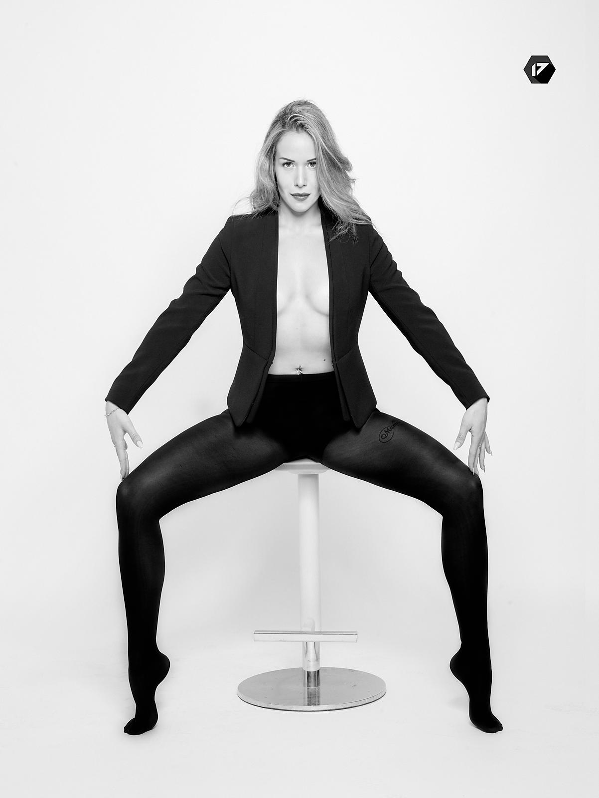 645XF, Agence, Agency, Black and White, Black Jacket, Blond, Blond hair, Blonde, chair, Clarisse Rnd, Glamour, Jacquet, Leah Hoffman, Model, Modèle, Noir et Blanc, Patrice Lemesle, Phase One 645XF, Photographe, seated, Sexy, siège, Studio17, Studio17.paris, Test, Torse nu caché, White background*? Phase One