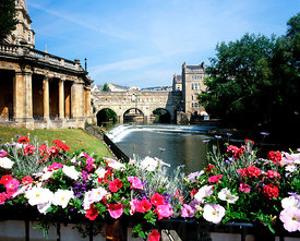 pulteney bridge and weir from the parade gardens, bath, somerset.