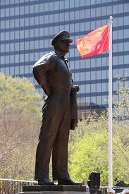 macarthur_statue_red_flag_flying