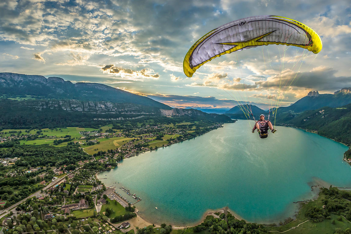 Stalling above Annecy lake with Mikka Regnier