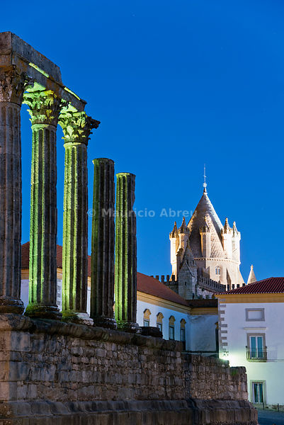 Tower of the Sé Catedral (Motherchurch) and the Roman Temple of Diana at dusk, a Unesco World Heritage Site. Évora, Portugal