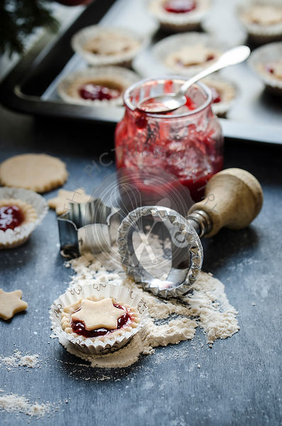 Cookies with raspberry jam