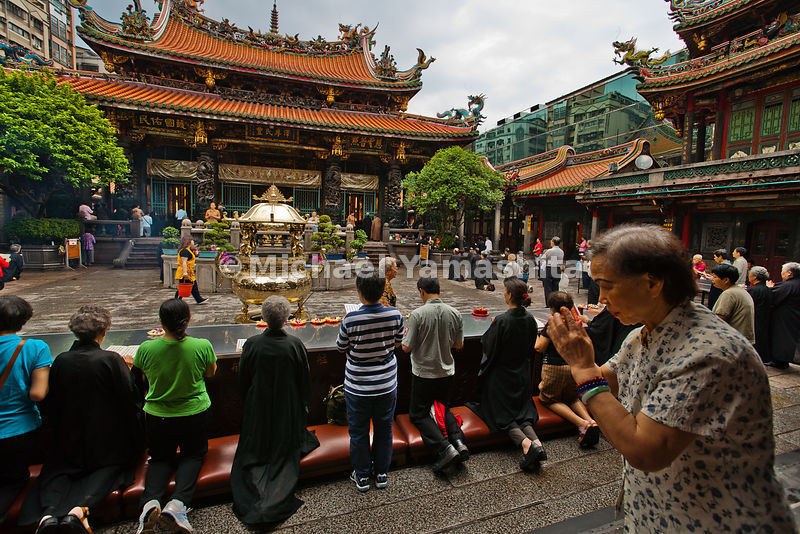 Morning market at Longshan Temple