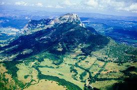Aude, Corbières, pic de Bugarach, vue aérienne