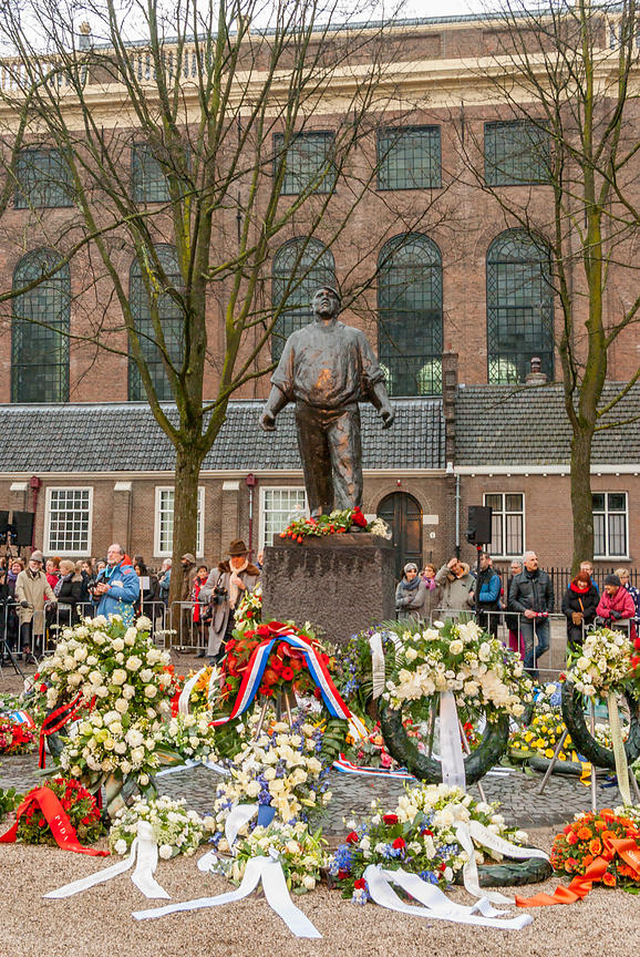 The Dokworker statue with flower wreaths
