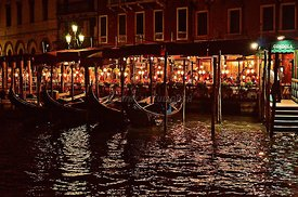 Eating_at_night_in_Venice