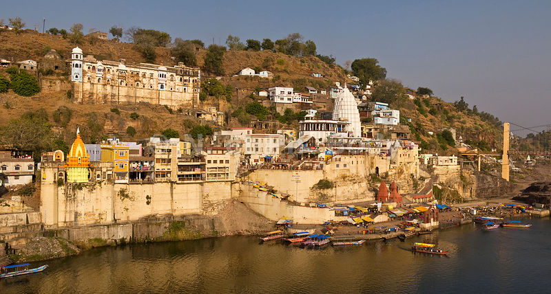 INDIA, MADHYA PRADESH, OM KARESHWAR, PEOPLE BATHING IN NARMADA RIVER