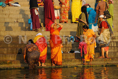 INDE, UTTAR PRADESH, BENARES, BAIN DANS LE GANGE//INDIA, UTTAR PRADESH, BENARES, PEOPLE BATHING AND PRAYING IN GANGA RIVER