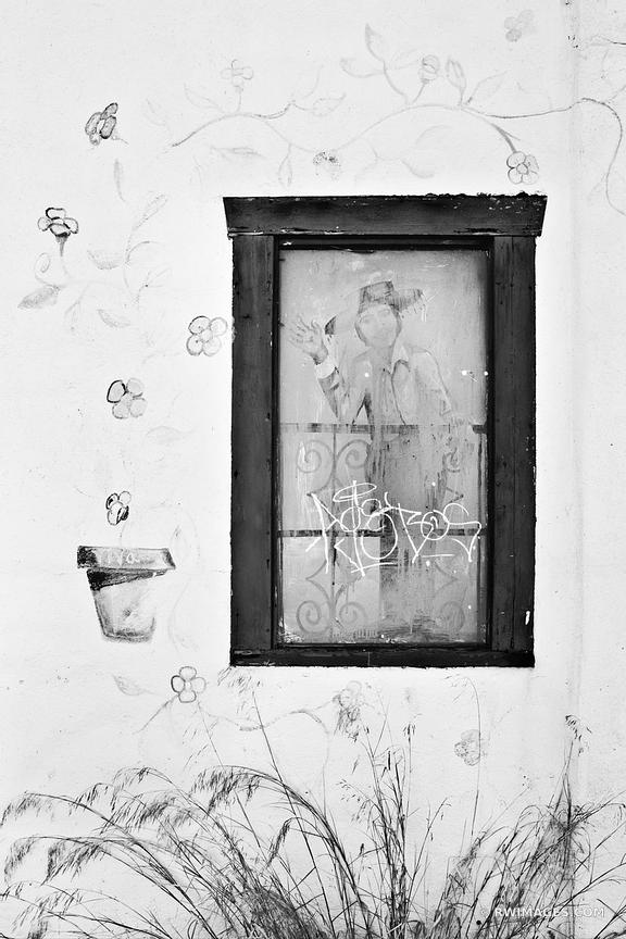 ALLEY WALL SANTA BARBARA BLACK AND WHITE